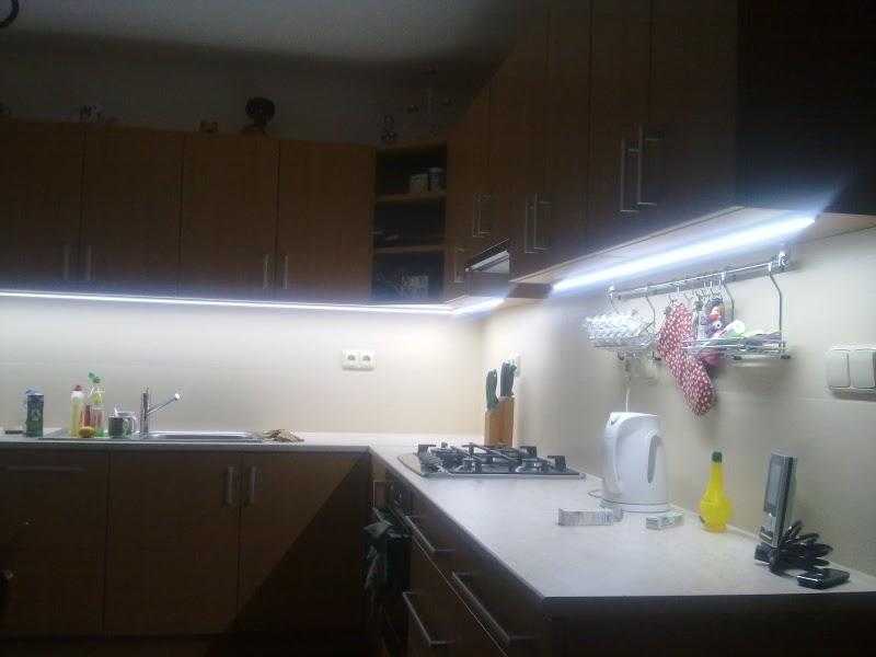 Luces led de colores led en la cocina for Luces led cocina