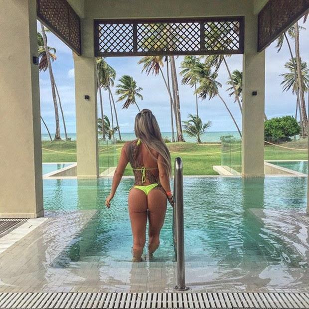 Denise Rocha em piscina de hotel em Salvador, na Bahia (Foto: Instagram/ Reprodução)