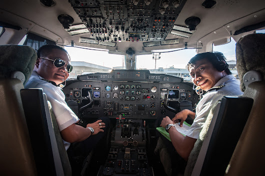 How to Get Into an Aircraft Cockpit (for Kids): 6 Steps