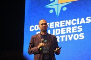 El exentrenador del Barcelona Pep Guardiola, durante una exposición sobre liderazgo deportivo en el Teatro Gran Rex de Buenos Aires. EFE