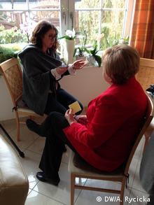 Ursula Wanecki als Double von Kanzlerin Merkel, im Interview der Deutschen Welle. Foto: DW/A. Rycicka