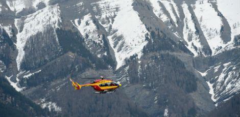 A aeronave caiu em uma área coberta de neve, de difícil acesso, o que irá certamente causar grandes problemas para as equipes de resgate / Foto: ANNE-CHRISTINE POUJOULAT / AFP