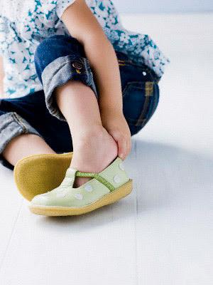 "Vaizdo rezultatas pagal užklausą ""kids dress himself different shoes"""