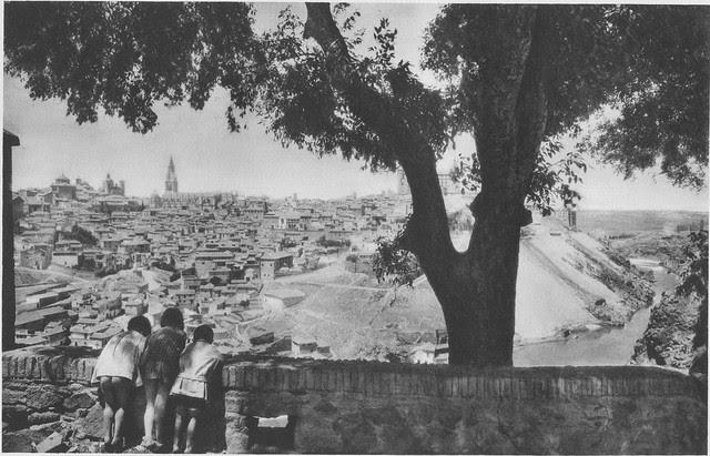 Vista de Toledo desde el enorme almez de la Ermita del Valle hacia 1925. Fotograbado de Friedrich Christiansen