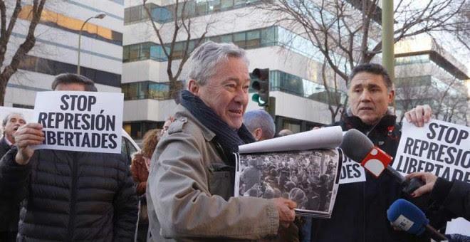 Jorge Verstrynge a su llegada al Juzgado de lo Penal 13 de Madrid donde se celebra el juicio por su presunta participación en los incidentes ocurridos en la Puerta del Sol tras la proclamación de Felipe VI. | JAVIER LIZÓN (EFE )