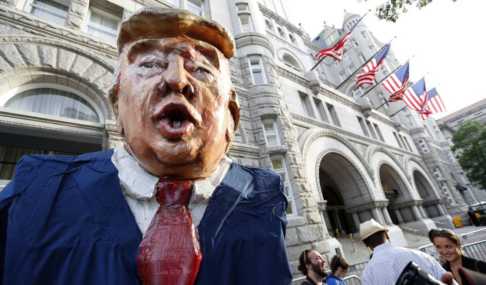 Un manifestante disfrazado de Donald Trump, este miércoles en Washington.