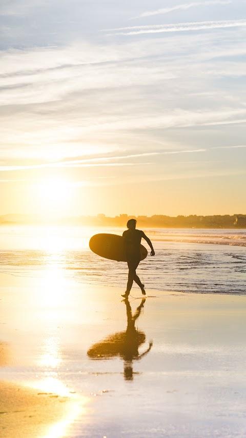 خلفية رجل يركض على الشاطئ بدقة عالية في غروب الشمس hd
