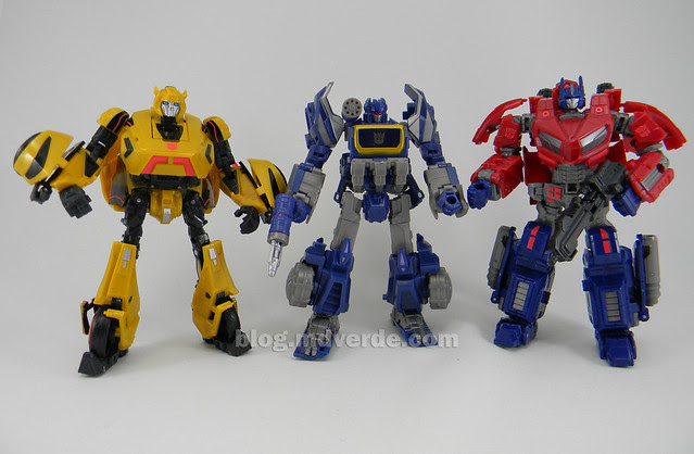 Transformers Cybertronian Soundwave Generations Deluxe vs Optimus vs Bumblebee - modo robot