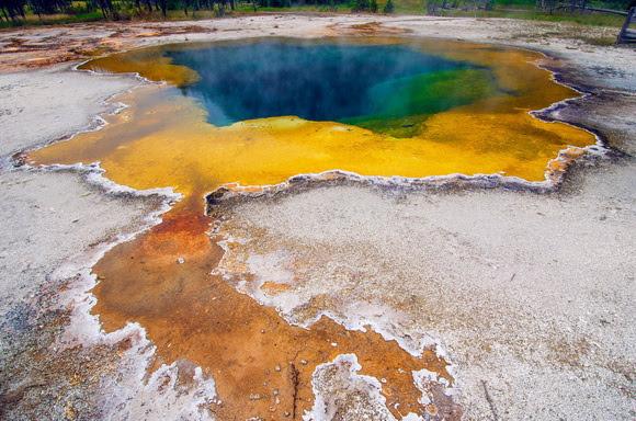 perierga.gr - Θερμές πηγές στα... χρώματα του ουράνιου τόξου!