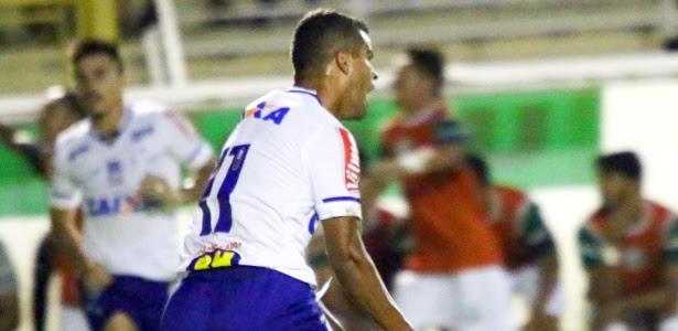 Alisson comemora gol em vitória do Cruzeiro sobre a Caldense