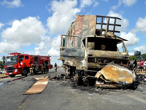 Motorista morre carbonizado em acidente em Feira de Santana (Foto: Ed Santos/Acorda Cidade)