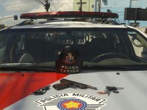 Quatro são detidos com carro roubado após perseguição em Jacareí (Foto: Divulgação/Polícia Militar)