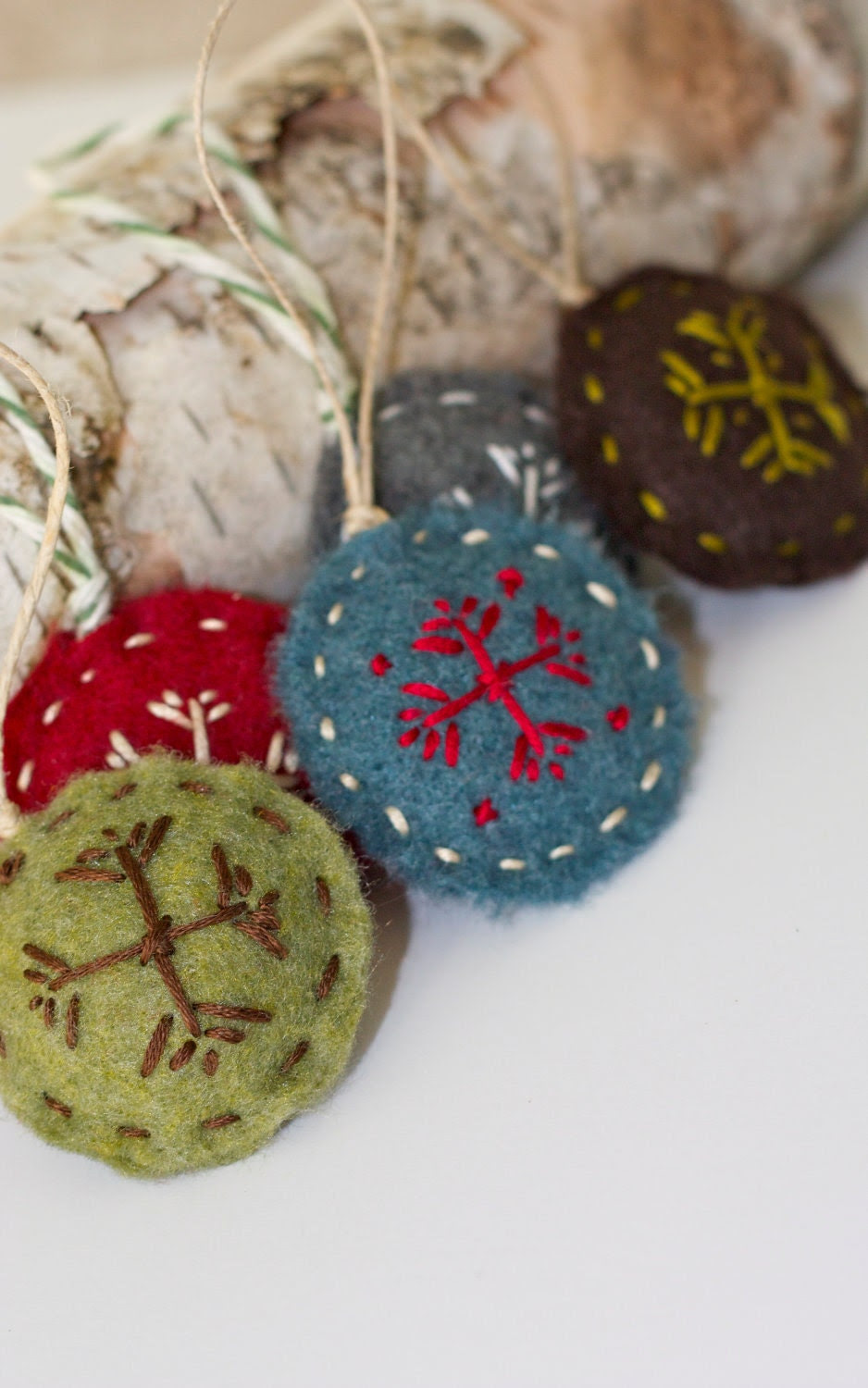 Round Stitched Ornament/Gift Embellishment : Complete Set of 5