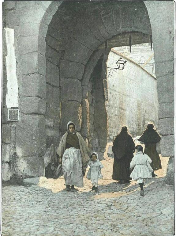 Puerta de Valmardón en 1915. Foto de R. Gonzalez