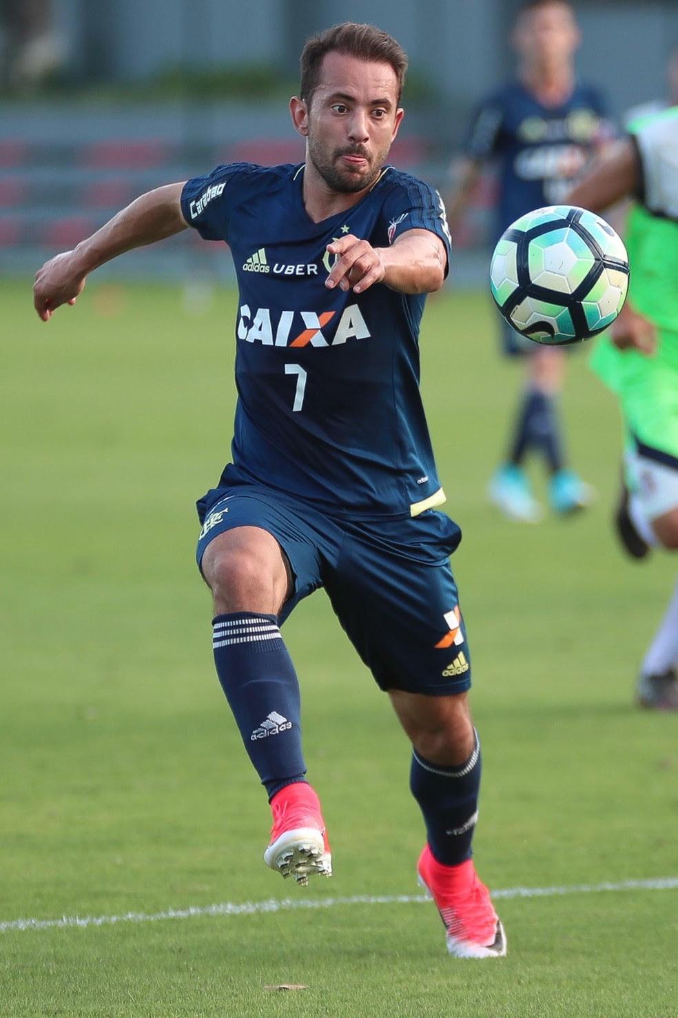 Éverton Ribeiro em ação durante jogo-treino com o Barra da Tijuca (Foto: Gilvan de Souza/Flamengo)