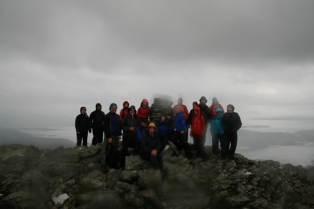Alle samlet ved varden på Terdalskeipen i plaskregn - derfor så