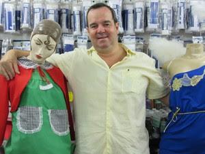 Marcelo Servos, o atual administrador da Casa Turuna, abraçado com manequins com fantasias de Chiquinha e anjo (Foto: Cristina Boeckel/ G1)