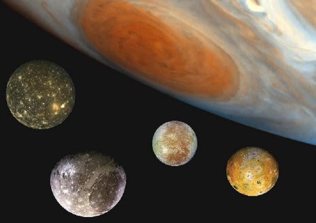 Giove con quattro delle sue 79 lune (fonte: ESA) © Ansa