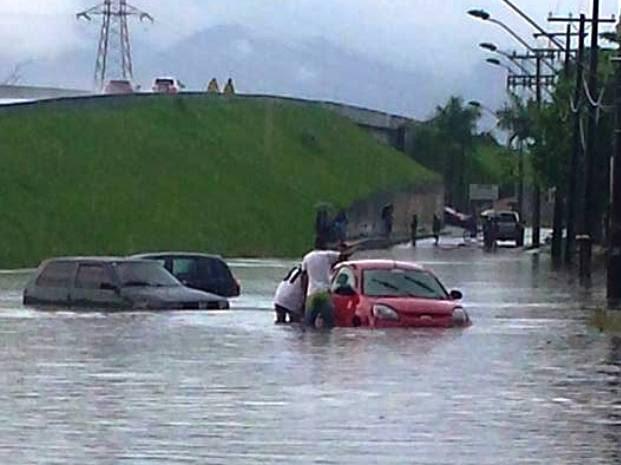 Carros ficaram submersos em viaduto na entrada de Peruíbe (Foto: Divulgação)