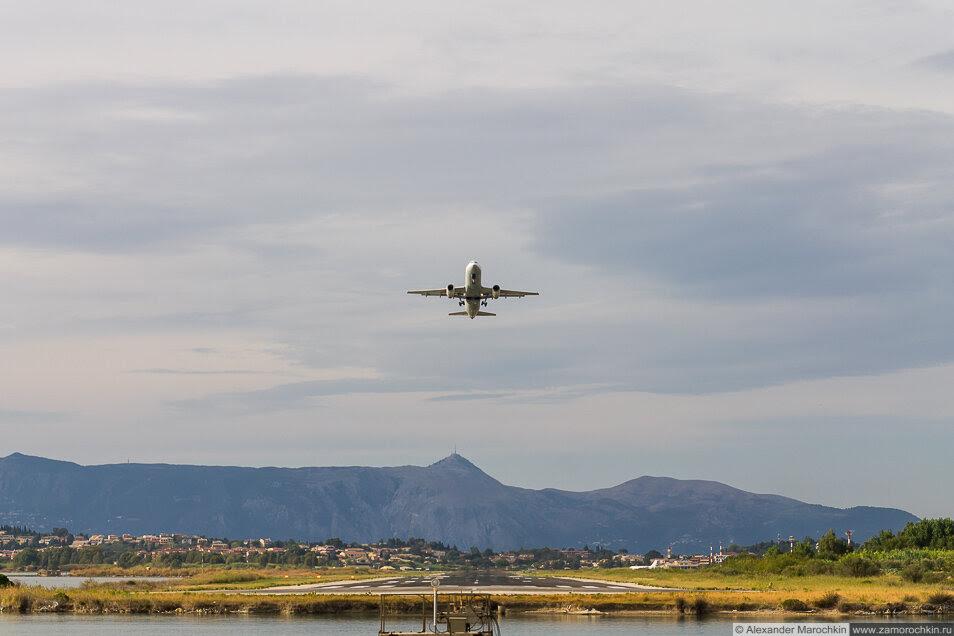 Самолёт набирает высоту в аэропорту Керкиры, Корфу, Греция