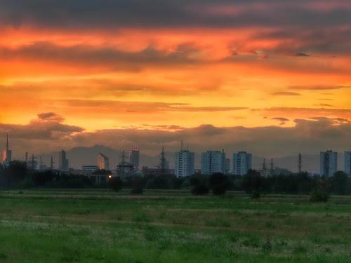 Il tramonto dalla periferia di Milano by Ylbert Durishti