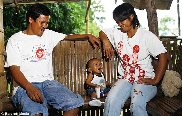 Meet the parents: Junrey Balawing with his mother and father, Reynaldo (L) and Concepcion in the Philippines