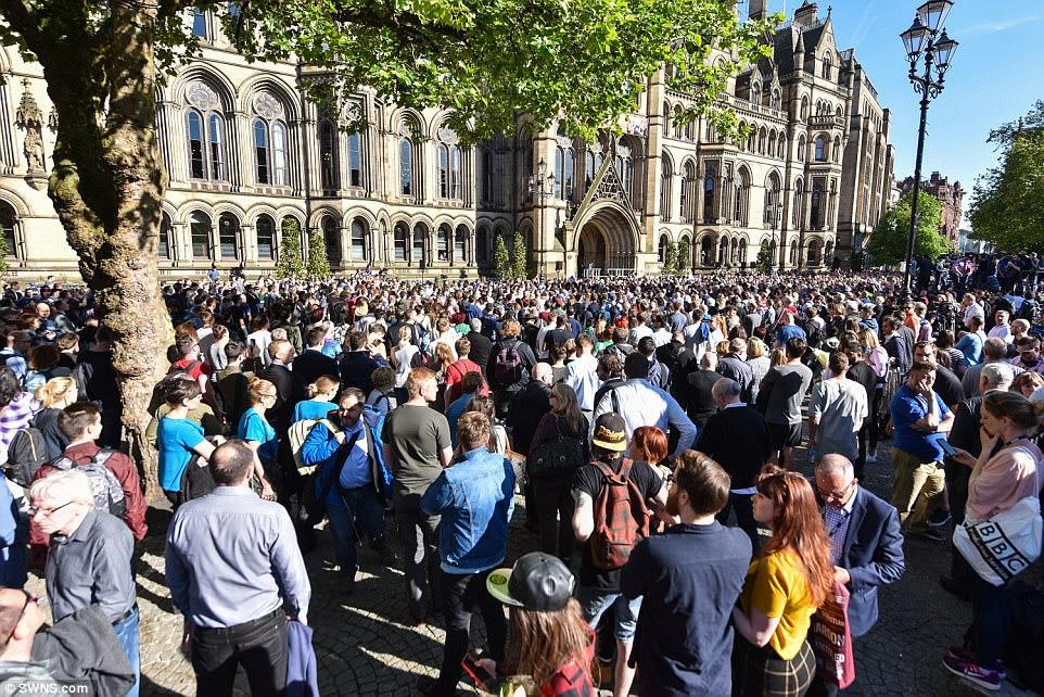 Milhares de residentes de Manchester participaram de uma vigília na Praça Albert no centro da cidade hoje à noite para lembrar aqueles que morreram