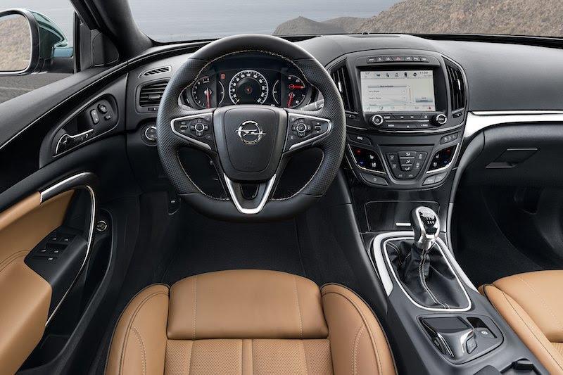Opel Insignia. Modelo 2014. Volante y salpicadero