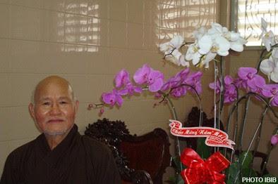 Đức Tăng Thống Thích Quảng Độ bên giò hoa do Phật tử dâng tặng ngày Tết