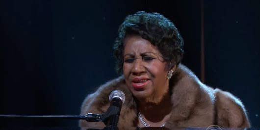 "Aretha Franklin incanta il Kennedy Center con ""A natural woman"". In piedi ad applaudire anche Barack e Michelle Obama"