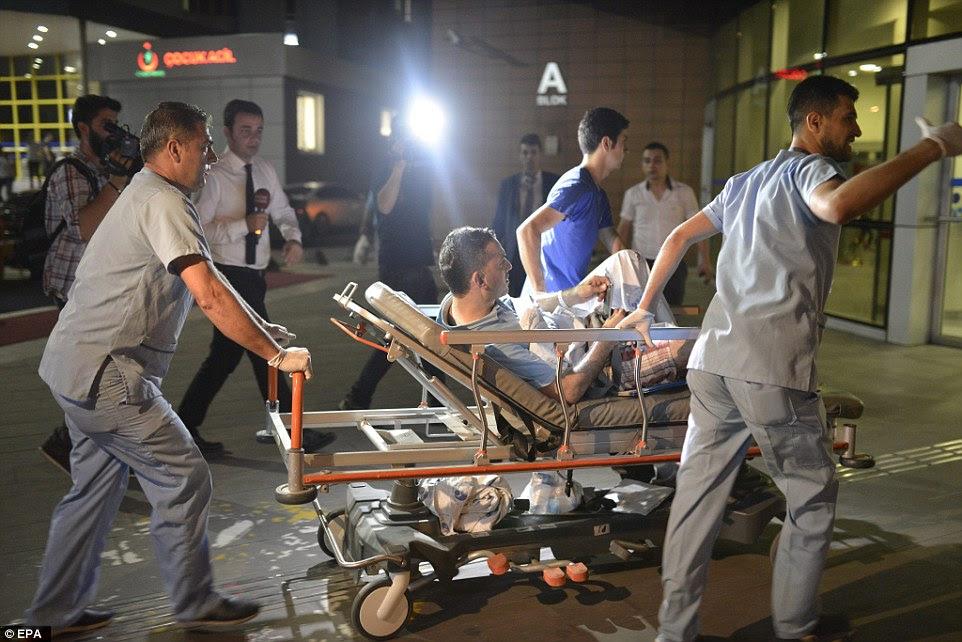 Fotografias da cena do ataque mostram devastação, como paramédicos apressar os feridos para o hospital e oficiais forenses começar a trabalhar