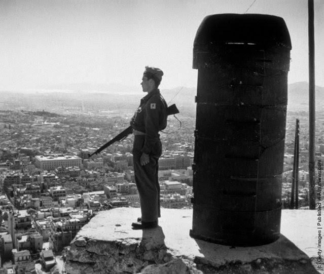 φρουρός σε επιφυλακή στον Λυκαβηττό  με θέα την πόλη της Αθήνας. Ο στρατός είχε επιφορτιστεί να φρουρεί την πόλη απέναντι από πιθανές επιθέσεις ανταρτών αλεξιπτωτιστών. (Φωτογραφία από τον Chris Ware / Keystone / Getty Images). 1947