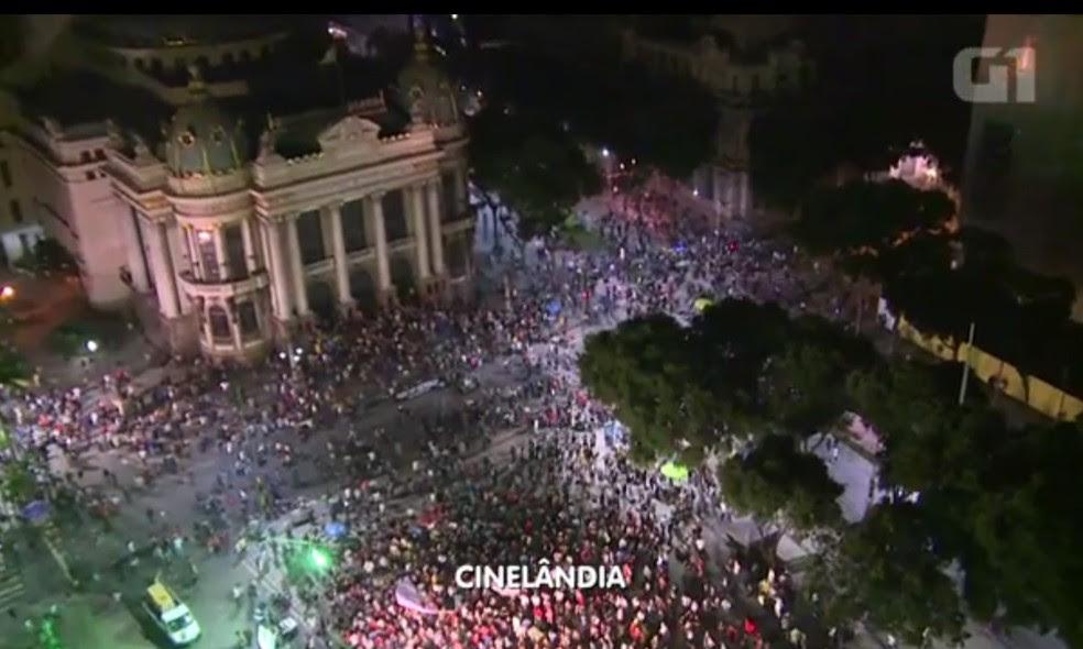 Imagens registradas pela Globo mostram multidão reunida na Praça da Cinelândia, no Centro do Rio (Foto: Reprodução/TVGlobo)