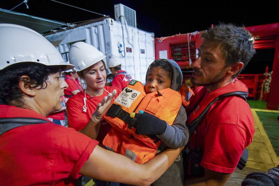 Trabajadores de Save the Children ayudan a un niño que salió hacia Europa desde las costa de Libia.