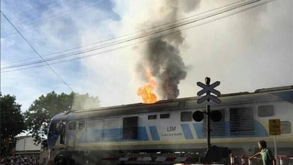 Se incendió una locomotora del tren San Martín en Villa Devoto. (Twitter)