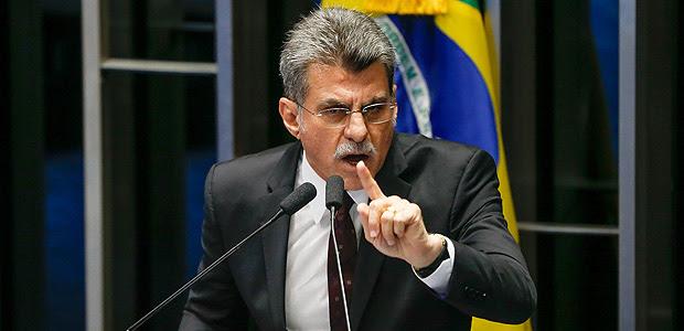 BRASILIA, DF, BRASIL, 05-04-2016, 16h00: O senador Romero Jucá (PMDB-RR) fala na tribuna do senado federal. Ele anunciou que está assumindo a presidência do PMDB nacional, pois o presidente Michel Temer está se licenciando para não se envolver nas discussões e troca de acusações sobre o impeachment. O senador Renan Calheiros (PMDB-AL) preside a sessão. (Foto: Pedro Ladeira/Folhapress, PODER)