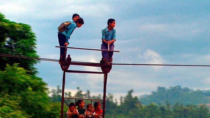 """Un grup de nens nepalesos a """"Els camins més perillosos per anar a l'escola"""""""