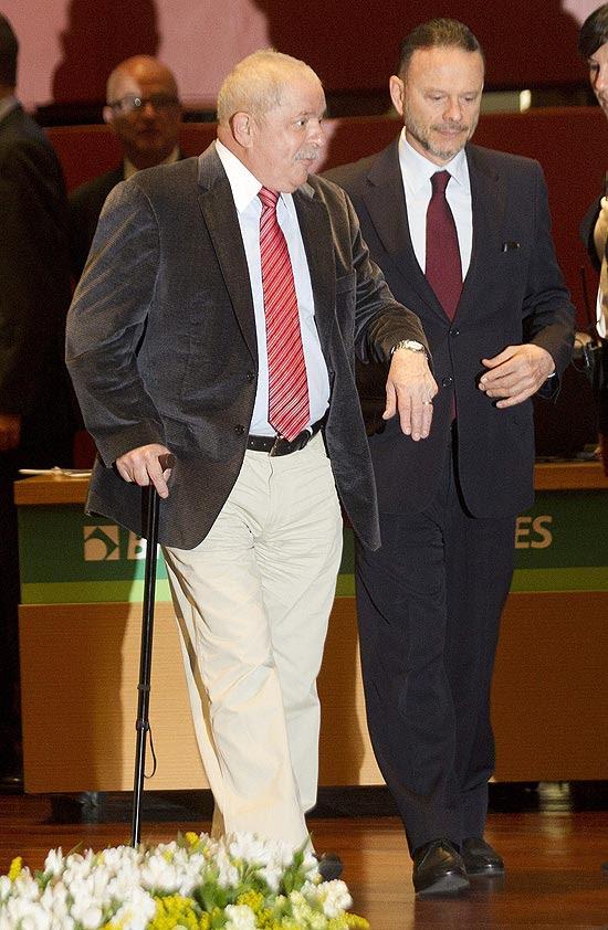 Ex-presidente Lula chega de bengala em evento pelos 60 anos do BNDES, no Rio