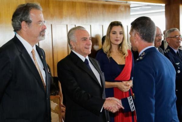 Presidente Michel Temer acompanhado da primeira-dama Marcela Temer e o ministro da Defesa, Raul Jungmann, cumprimenta oficiais da Marinha, Exército e Aeronáutica em cerimônia no Clube Naval.