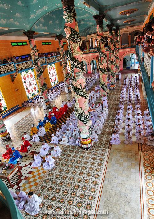 cao dai praying session