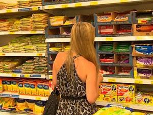 Óleo de soja e tomate são vilões no aumento de preços na cesta básica (Foto: Reprodução/TV Bahia)