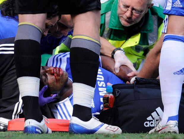 Drogba é atendido chelsea x norwich (Foto: Reuters)
