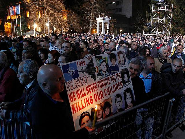 """""""Никога няма да забравима, че убихте децата ни,"""" пише ва плаката, издигнат от участници във възпоменанието в Ниш. Снимка: bote.ch"""