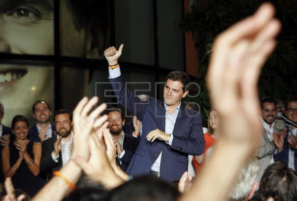 Leader of Ciudadanos (Citizen's Party), Albert Rivera, greets the crowd outside his party headquarters in Madrid after hearing the results of Sunday's general election which ended with the center-right Popular Party win, but without securing an absolute majority. EFE/Javier López