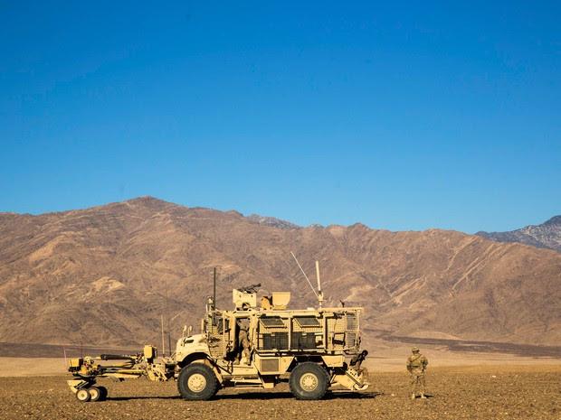 Um soldado norte-americano do Companhia Dragon do 3º Regimento de Cavalaria é visto perto da base operacional para a frente Gamberi na província de Laghman, no Afeganistão  (Foto: Lucas Jackson/Reuters)