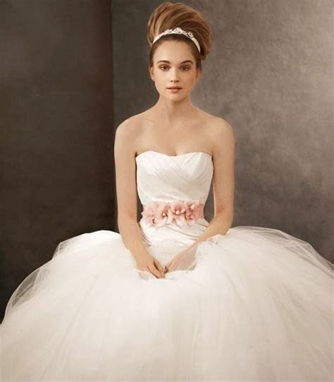 Various kinds of wedding dresses with new models: Vera