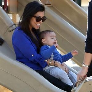 A socialite americana Kourtney Kardashian desce no escorregador com o filho Mason no colo (22/1/2011); apesar do intuito de proteger a criança, médicos alertam que a prática pode resultar em fraturas