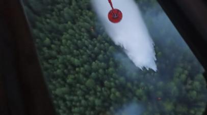 Пожарные сбросили более 70 тонн воды на горящий лес в Якутии