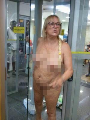 Mulher teve que tirar a roupa para entrar em agêcia bancária (Foto: G1)