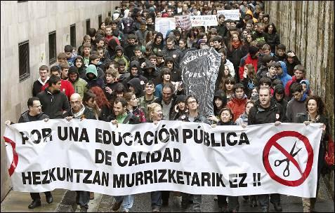 Concentración junto al departamento de Educación  en Pamplona. JESÚS DIGES (EFE)